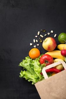 Légumes et fruits dans un sac en papier