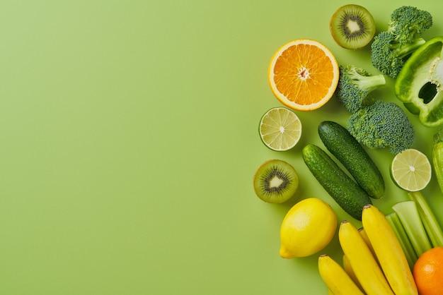Légumes et fruits à droite de l'espace de copie à plat horizontal fond vert