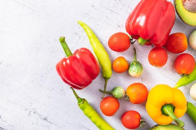 Légumes et fruits sur un fond en bois blanc.