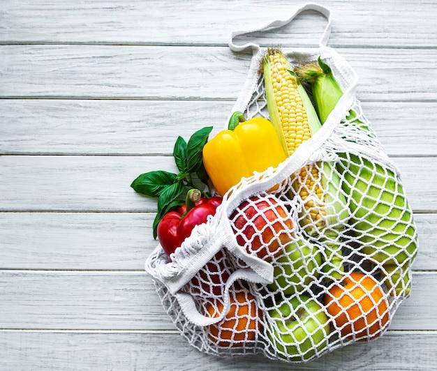 Légumes et fruits frais dans un sac à cordes écologique