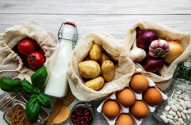 Légumes et fruits frais dans des sacs à cordes écologiques