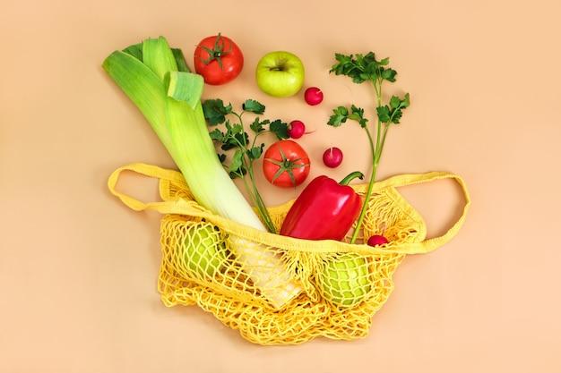 Légumes et fruits frais sur sac de chaîne écologique sur une surface beige