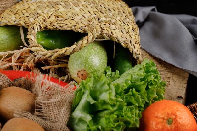 Légumes et fruits sur panier rustique.