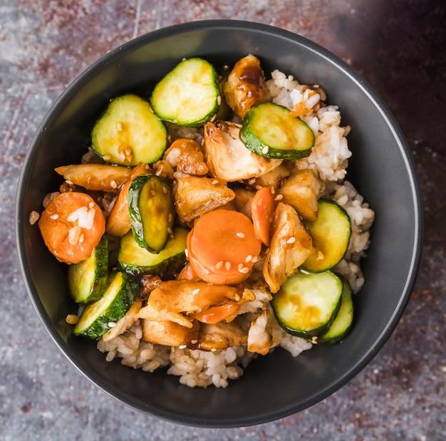Légumes avec des graines sur du riz