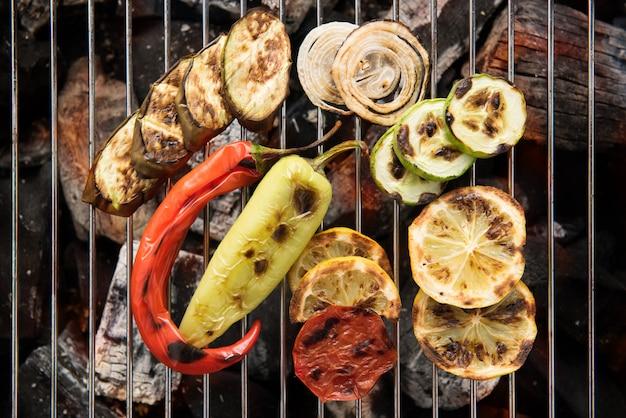 Légumes sur le gril à feu doux pour la préparation