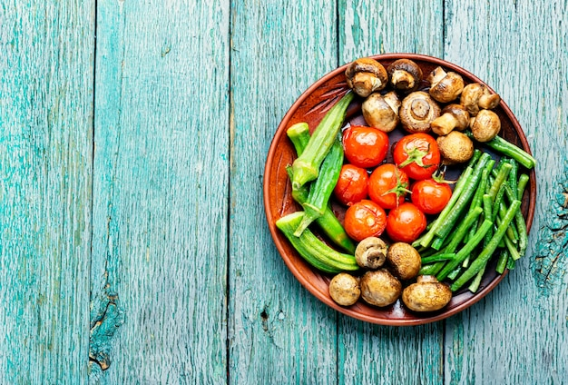 Légumes grillés sur une assiette