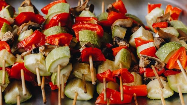 Légumes grillés sur des brochettes en bois. restauration. vue de dessus