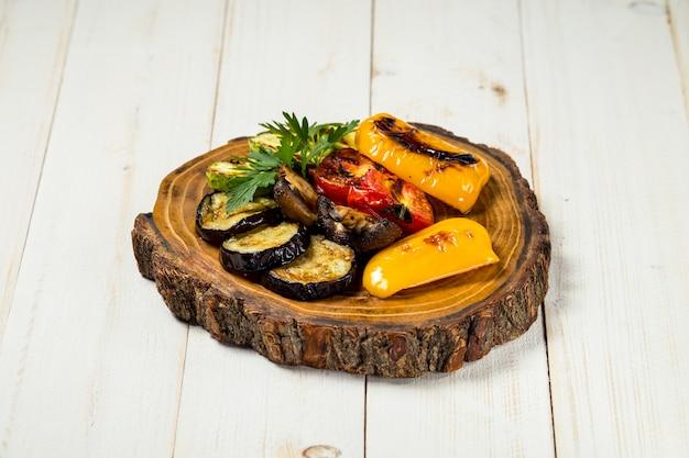 Légumes grillés et champignons sur planche de bois