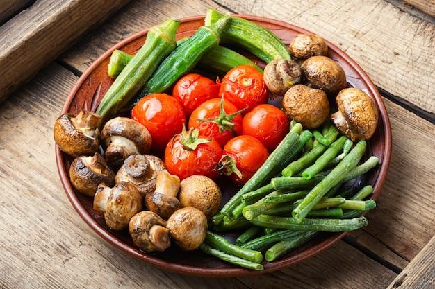 Légumes grillés colorés sur plaque