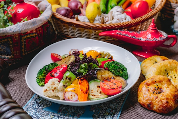 Légumes grillés courgette aubergine poivron carotte chou-fleur laitue