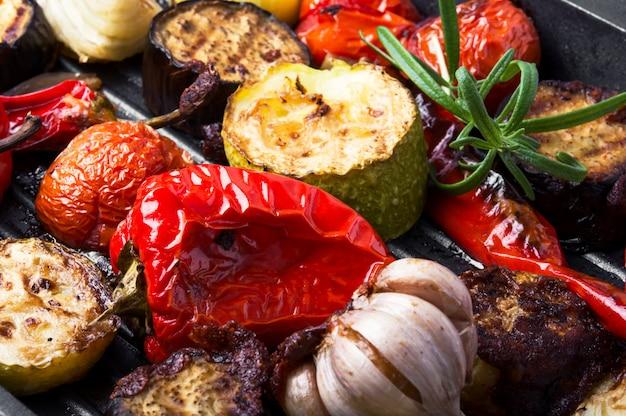 Légumes grillés dans une poêle