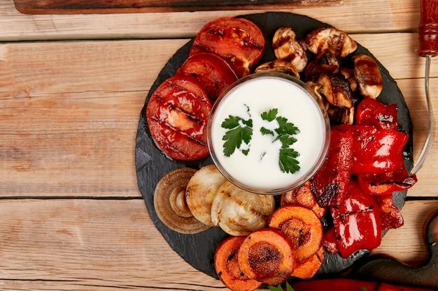 Légumes grillés sur fond noir. régime alimentaire végétalien.