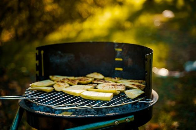 Légumes grillés sur pan en forêt