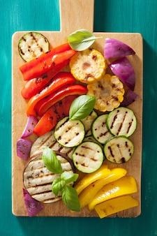 Légumes grillés sains sur une planche à découper