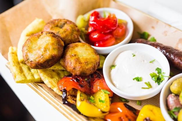 Légumes grillés savoureux avec des olives vertes fraîches.