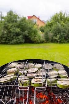 Les légumes grillés sont cuits au four pour préparer un plat oriental poivrons aubergines tomates ajap sandale imam ...