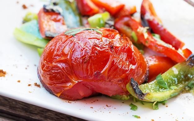 Légumes grillés. tranches de tomates et de poivrons.