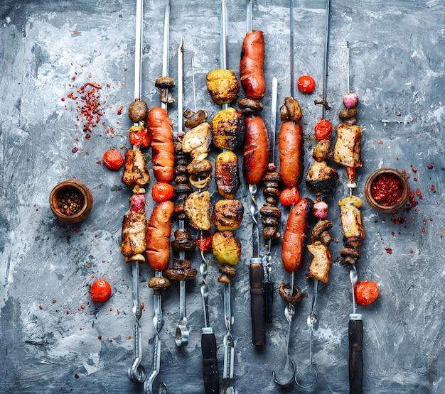 Légumes grillés, viande et saucisses