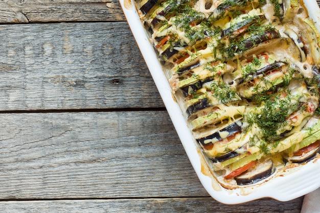 Légumes grillés zucchini aubergine tomate une sorte de ratatouille sur un fond en bois rustique