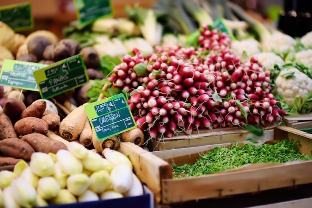 Légumes et herbes bio fraîches sur le marché fermier à strasbourg, france