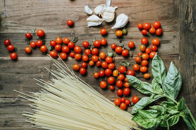 Légumes et ingrédients biologiques frais sur une planche à découper