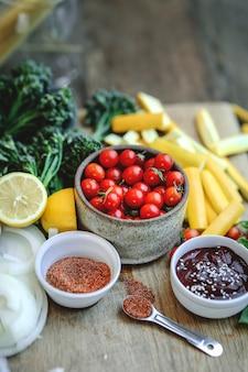 Légumes et ingrédients biologiques frais préparés sur une planche à découper