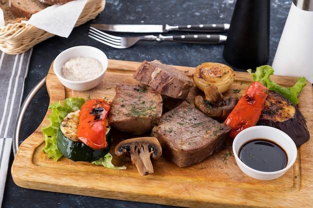 Légumes de langue de boeuf grillé sur planche de bois