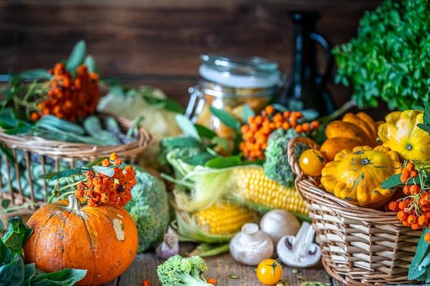 Légumes légumes bio frais dans un panier.