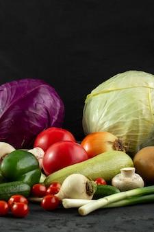 Légumes légumes colorés sur un bureau gris