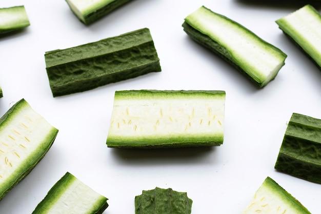 Légumes luffa frais sur surface blanche