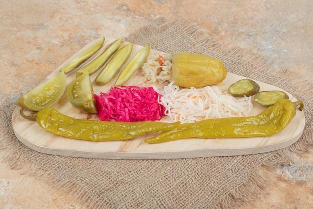 Légumes marinés et choucroute sur planche de bois