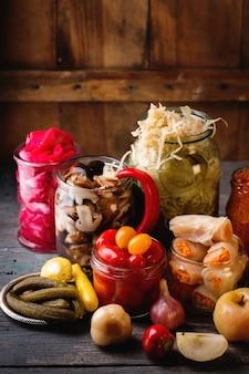 Légumes marinés dans des bocaux
