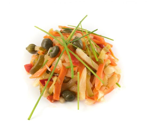 Légumes marinés hachés isolés