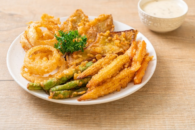 Légumes mélangés frits (oignons, carottes, petits maïs, citrouille) ou tempura - style végétarien
