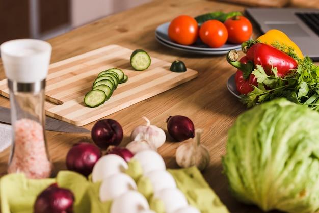 Légumes avec oeufs crus et épices sur table