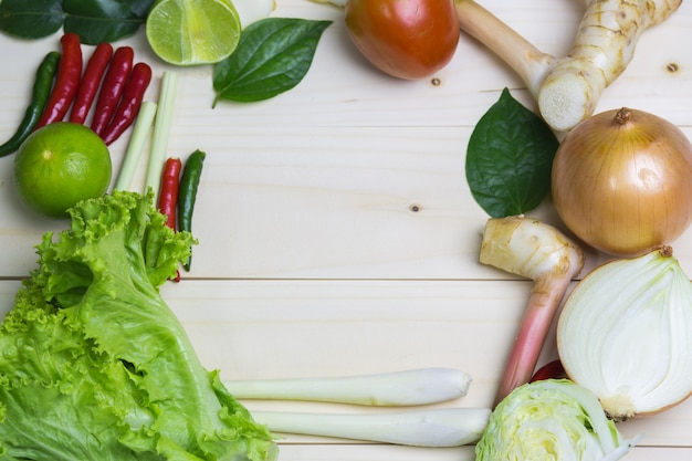 Légumes avec l'oignon, la citronnelle, la citronnelle sur fond blanc.