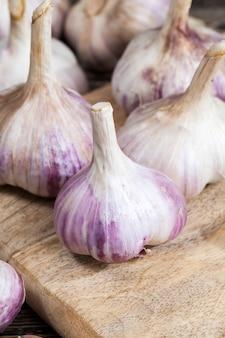 Légumes parfumés et mûrs pendant la cuisson, table de cuisine pendant la cuisson des aliments, gros plan