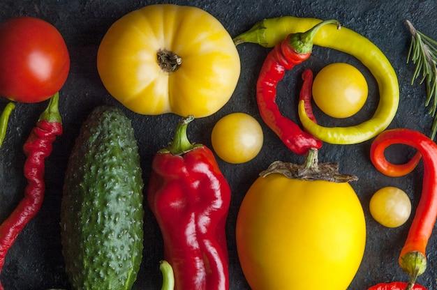 Légumes sur une plaque à pâtisserie