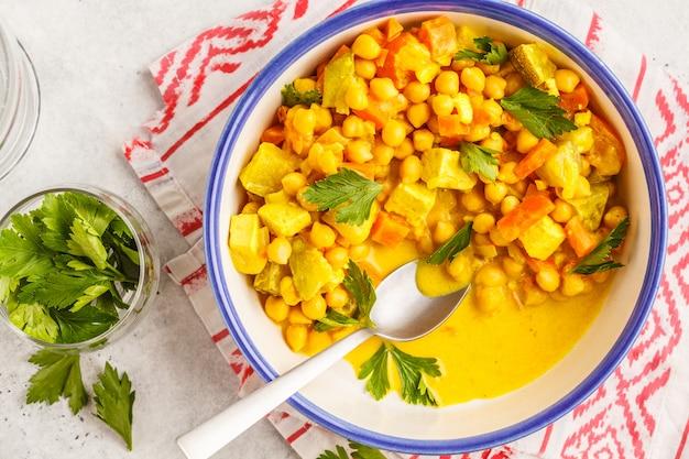 Légumes de pois chiches végétaliens au lait de coco et coriandre, vue de dessus.