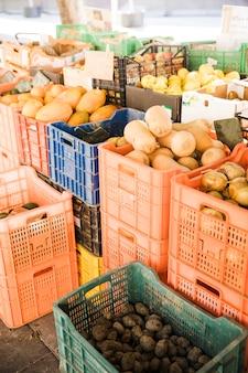 Légumes produits dans des caisses en plastique sur le marché local