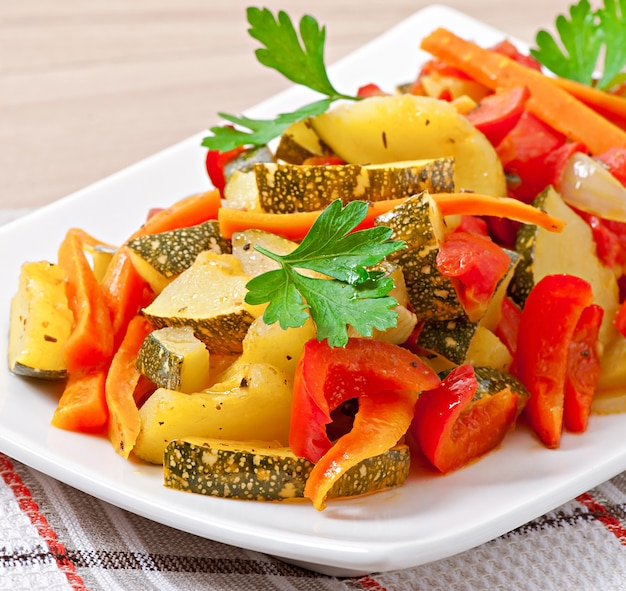 Légumes rôtis - courgettes, tomates, carottes, oignons et paprika