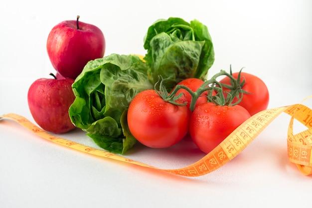 Légumes avec ruban à mesurer sur la table