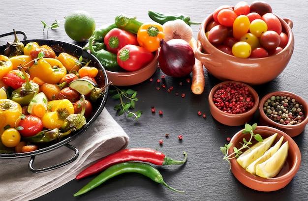 Légumes rustiques cuits au four avec des épices et des herbes dans un plat allant au four