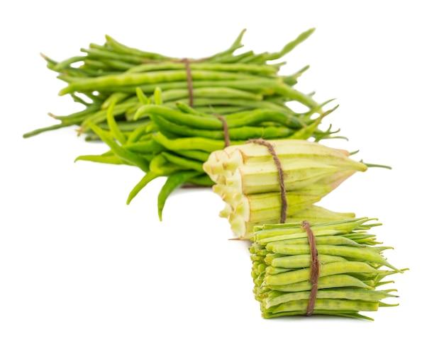 Légumes sains frais sur fond blanc