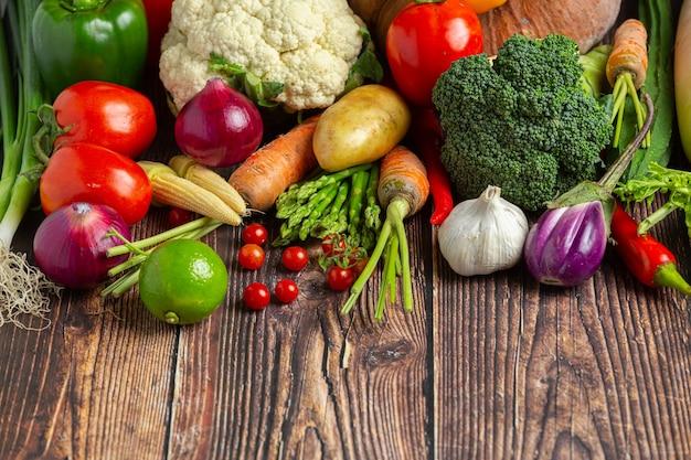 Légumes sains sur table en bois