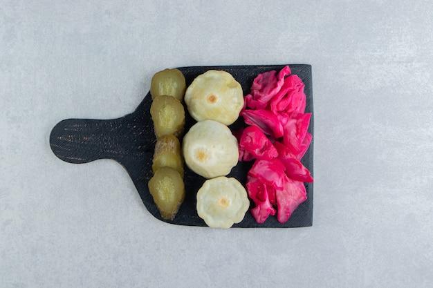 Légumes Salés Assortis Sur Tableau Noir. Photo gratuit