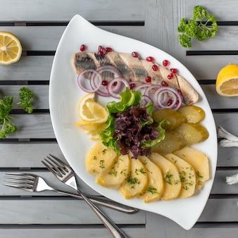 Légumes salés dans l'assiette