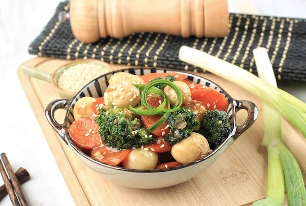 Légumes sautés et œuf de caille avec sauce aux huîtres telur puyuh saus tiram