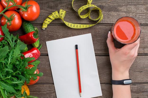 Légumes sportifs et diététiques un verre de jus de tomate et salade de tomates poivrons centimètre sur ba rustique...