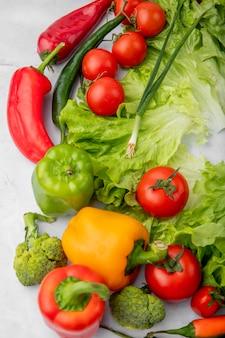 Légumes sur une surface blanche
